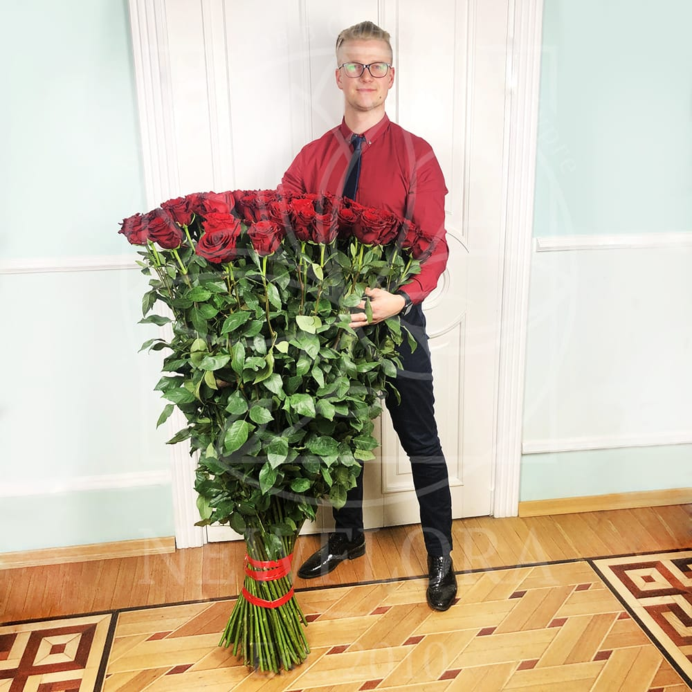 Букет 101 красная роза высотой 130см