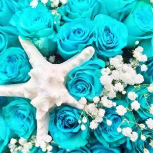 Букет 101 изумрудная роза с морскими звёздами