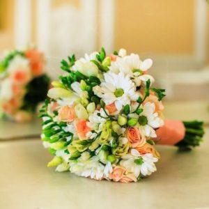 Свадебный букет с кустовой розой и белой фрезией