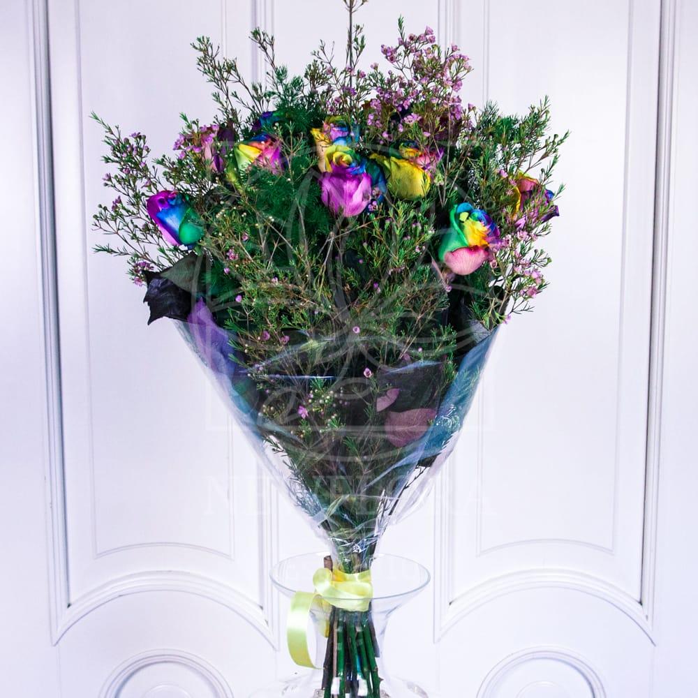 11 радужных роз с зеленью (Premium)