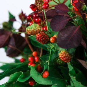 Букет с ягодами малины и калины
