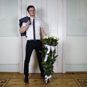 Букет 25 белых роз высотой 120см
