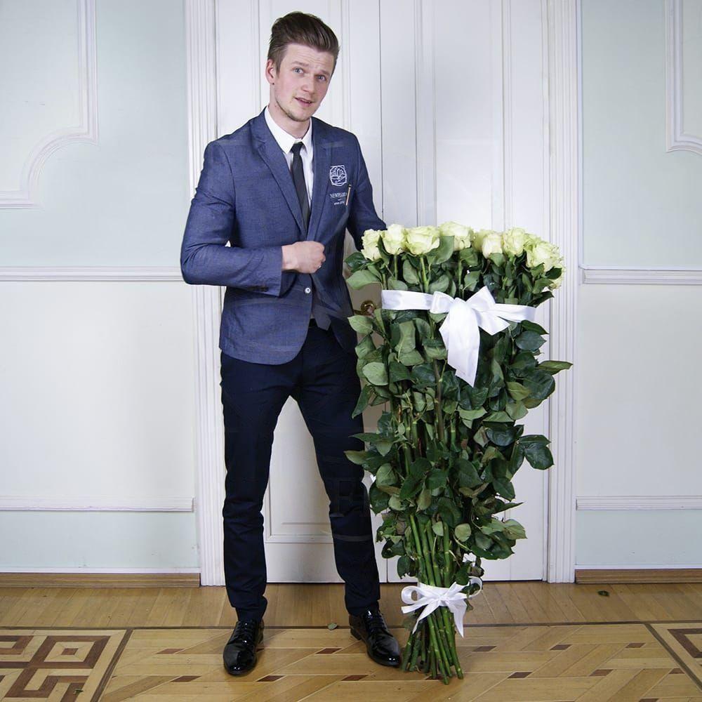 Букет 25 белых роз высотой 130см