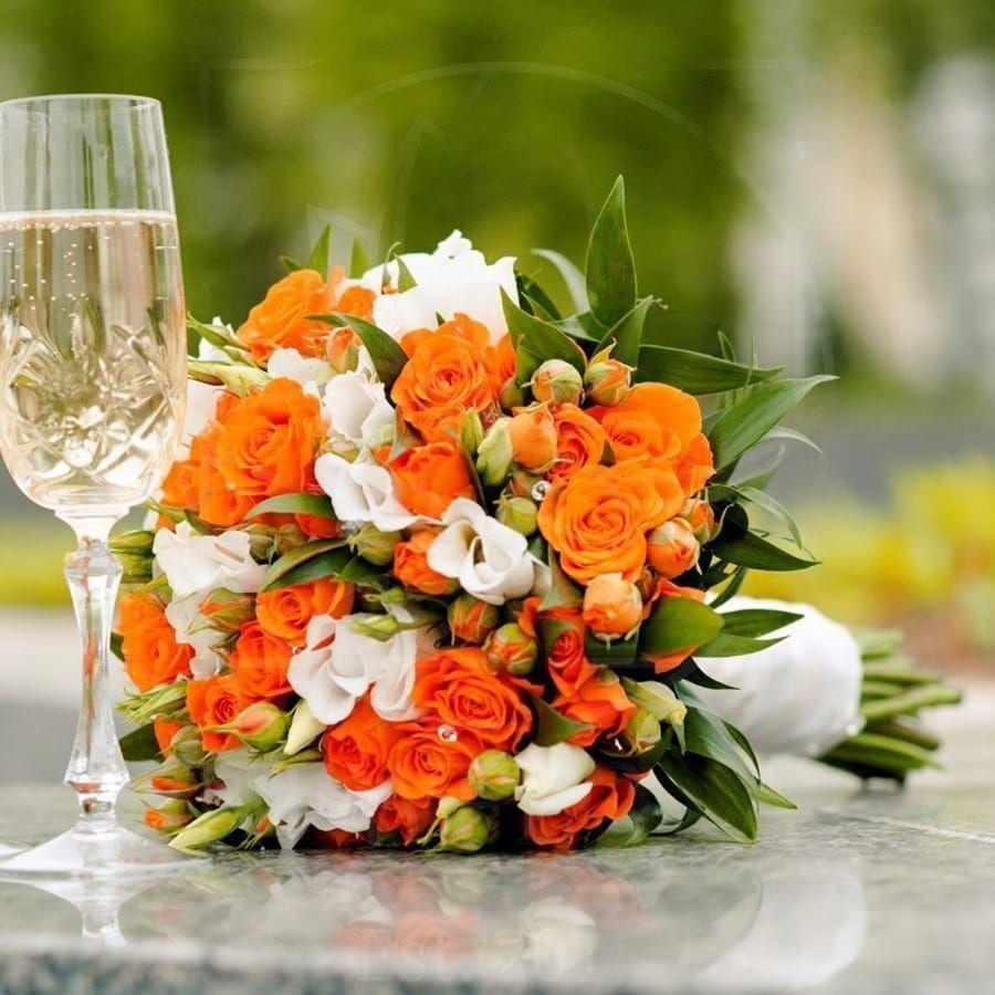 Свадебный букет с кустовыми розами и лизиантусом