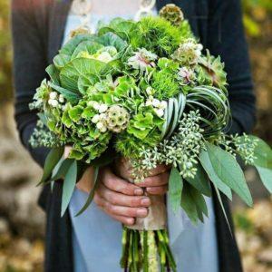 Свадебный букет с брассикой, эхиверией и скабиозой