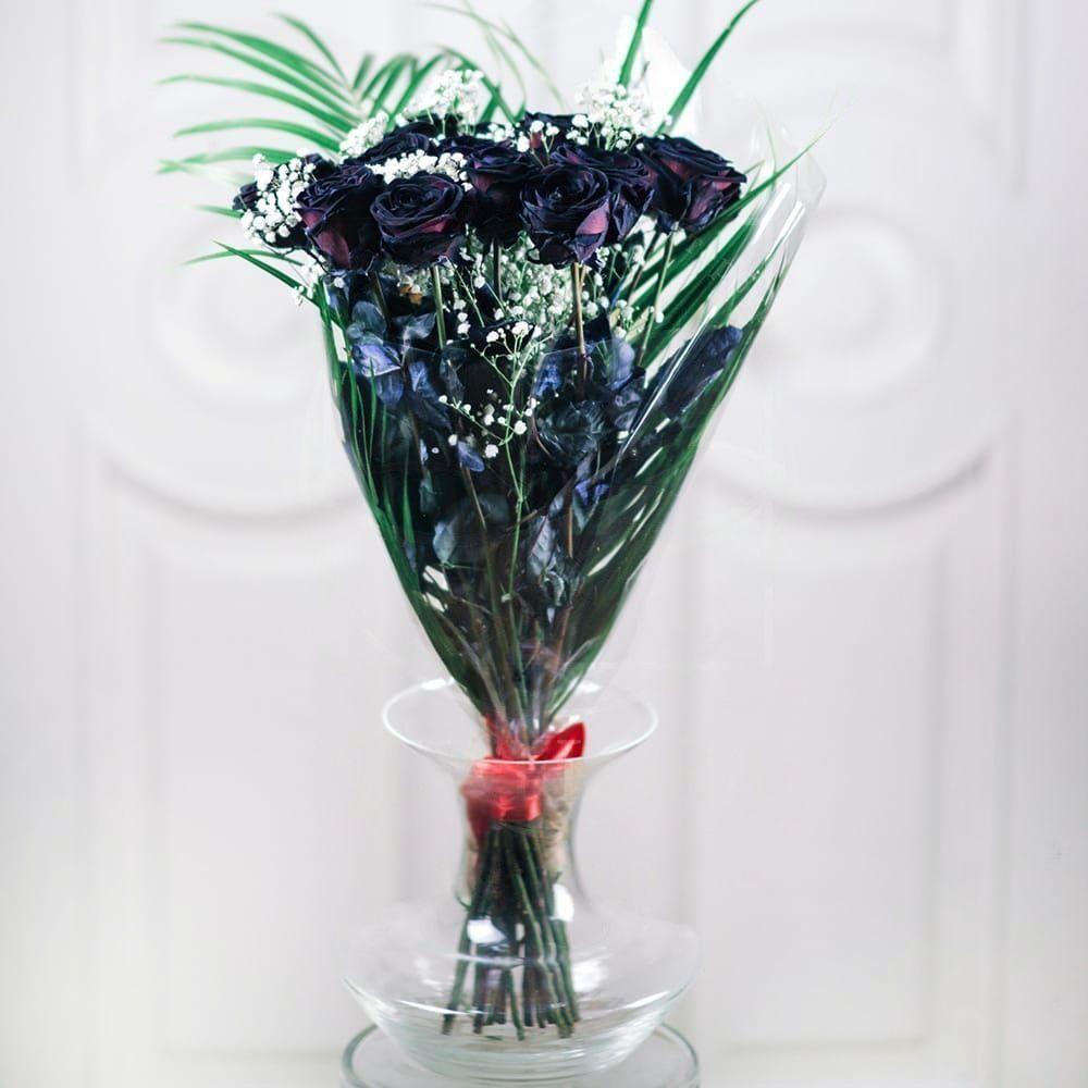 Букет 15 черных роз с зеленью