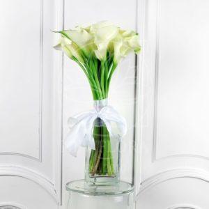 Букет 15 белых мини калл (60-70см) в вазе