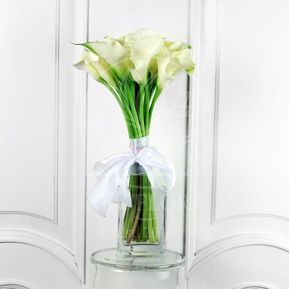 Букет 15 белых мини калл в вазе