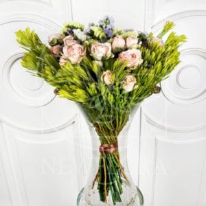 Букет 15 кустовых пионовидных роз со статицей