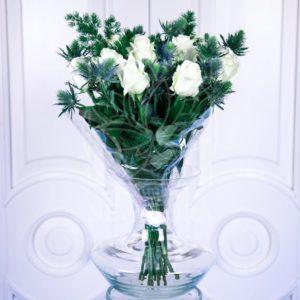 Букет 19 белых роз 40см с зеленью