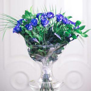 Букет 15 синих роз с зеленью