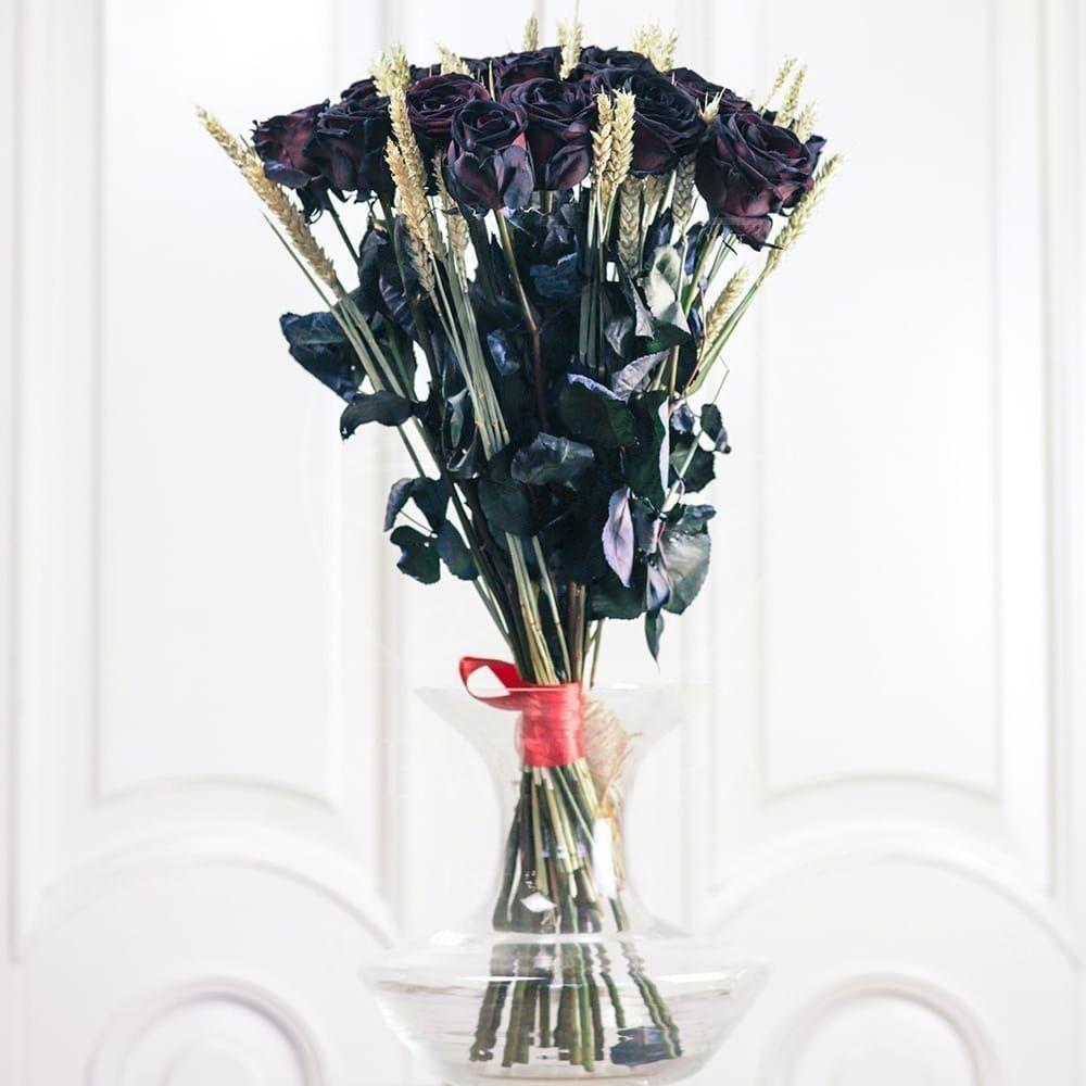 Букет 17 черных роз с рожью