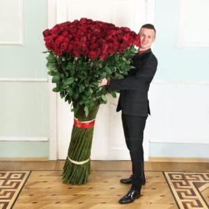 Букет 201 красная роза высотой 190см