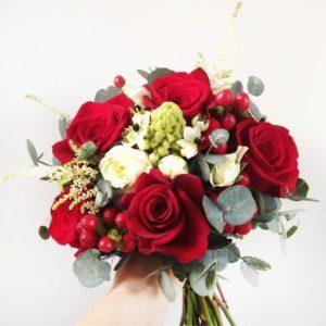 Свадебный букет с розами, астильбой и эвкалиптом
