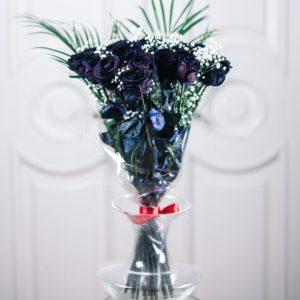 Букет 19 черных роз с зеленью