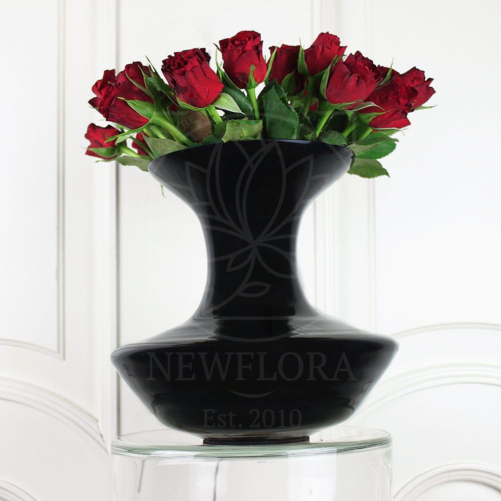 19 красных роз в черной вазе