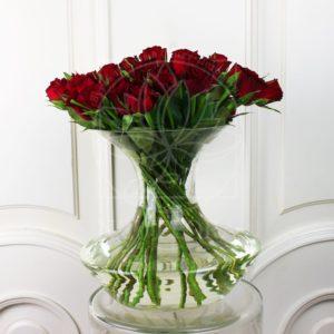 19 красных роз в прозрачной вазе