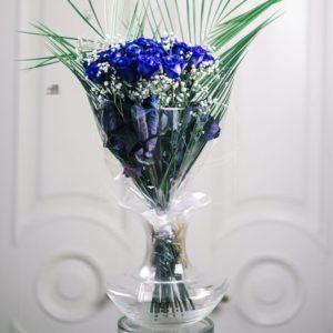 Букет 19 синих роз с зеленью