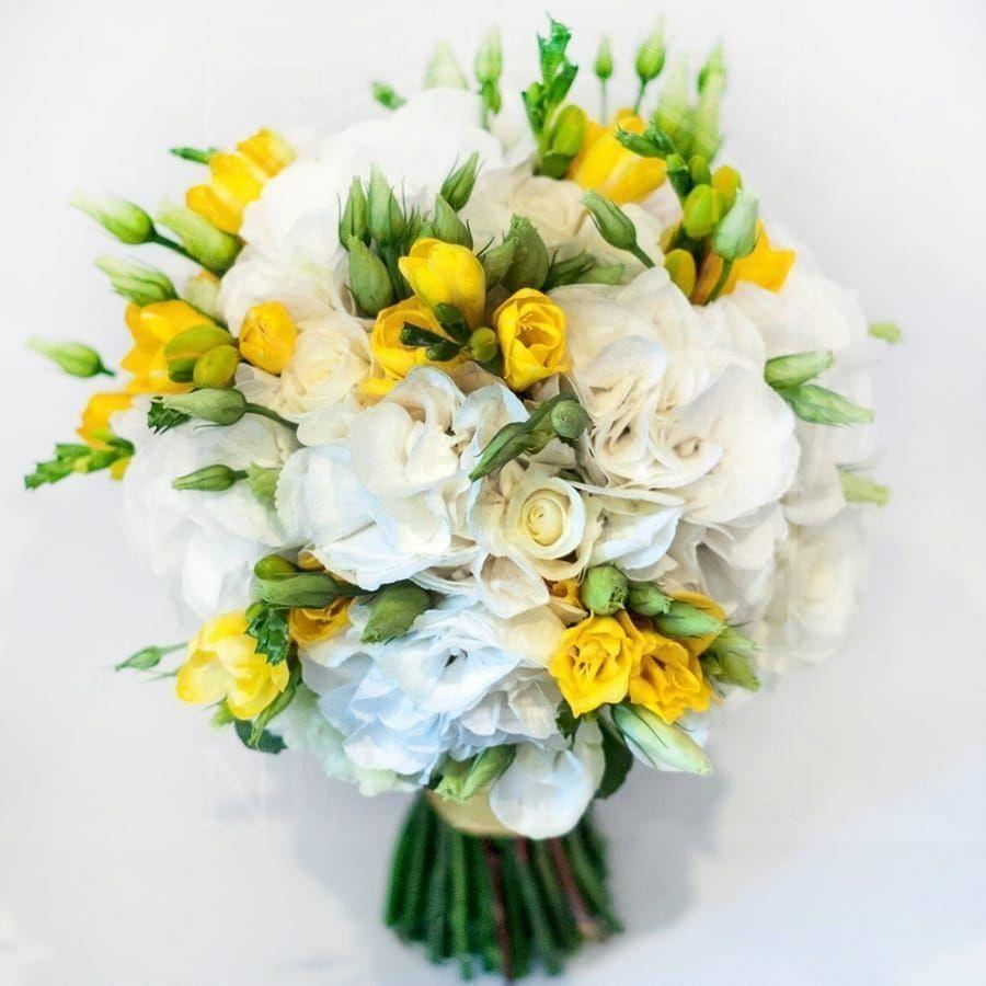 Свадебный букет с гортензиями, фрезией и лизиантусом