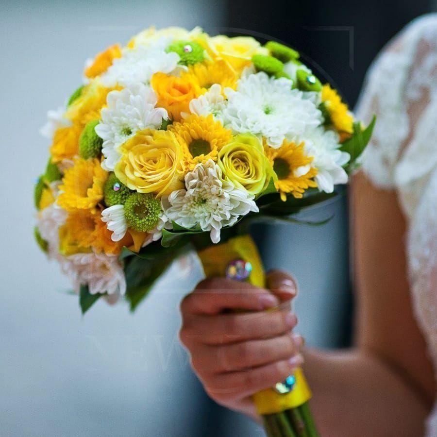 Свадебный букет с хризантемой и розами