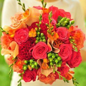 Свадебный букет с каллами, розами и фрезией