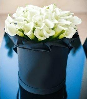 25 белых калл в черной шляпной коробке