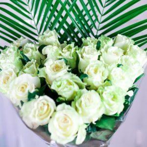 Букет 25 белых роз в форме сердца с зеленью