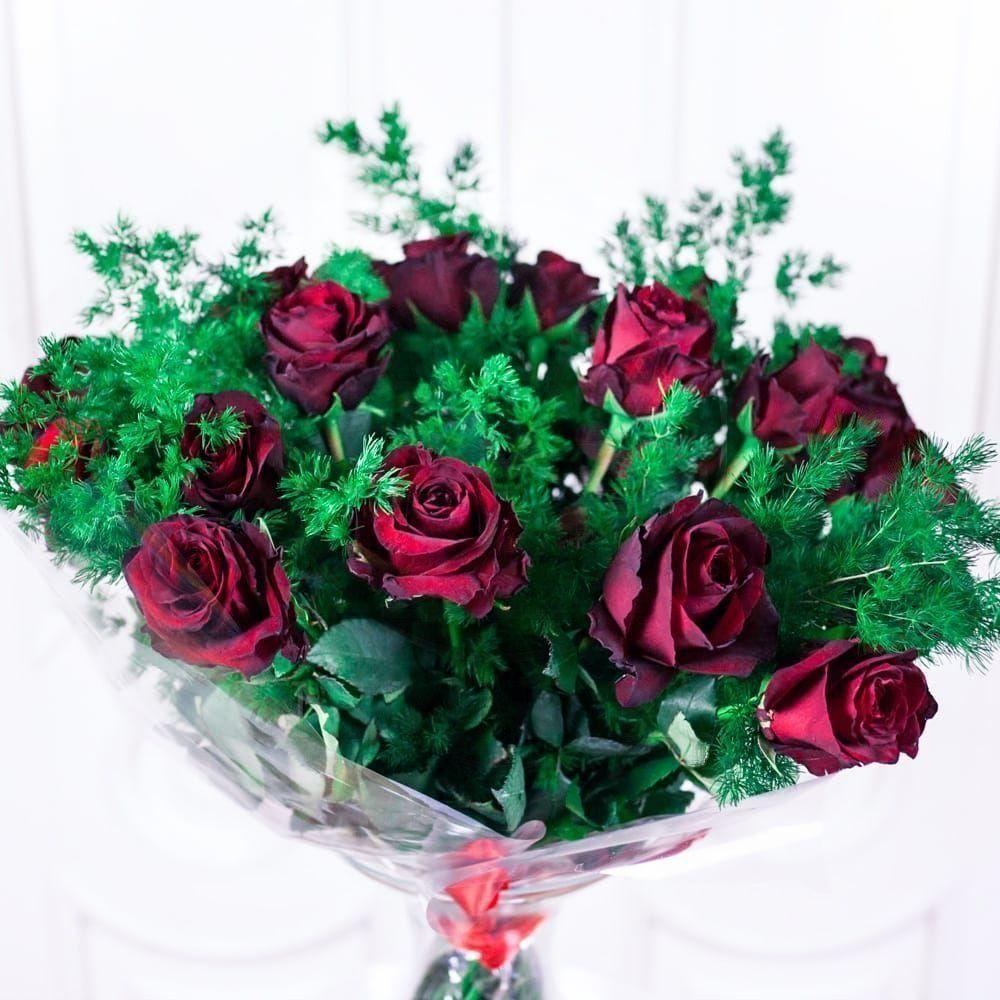 Букет 25 красных роз 40см с зеленью