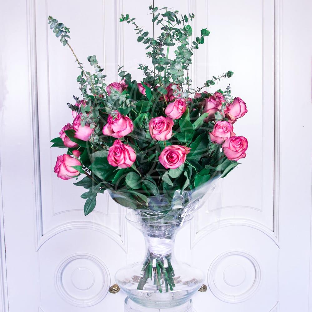Букет 25 розовых роз 60см с эвкалиптом