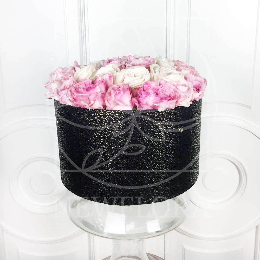 25 пионовидных ароматных роз в шляпной коробке