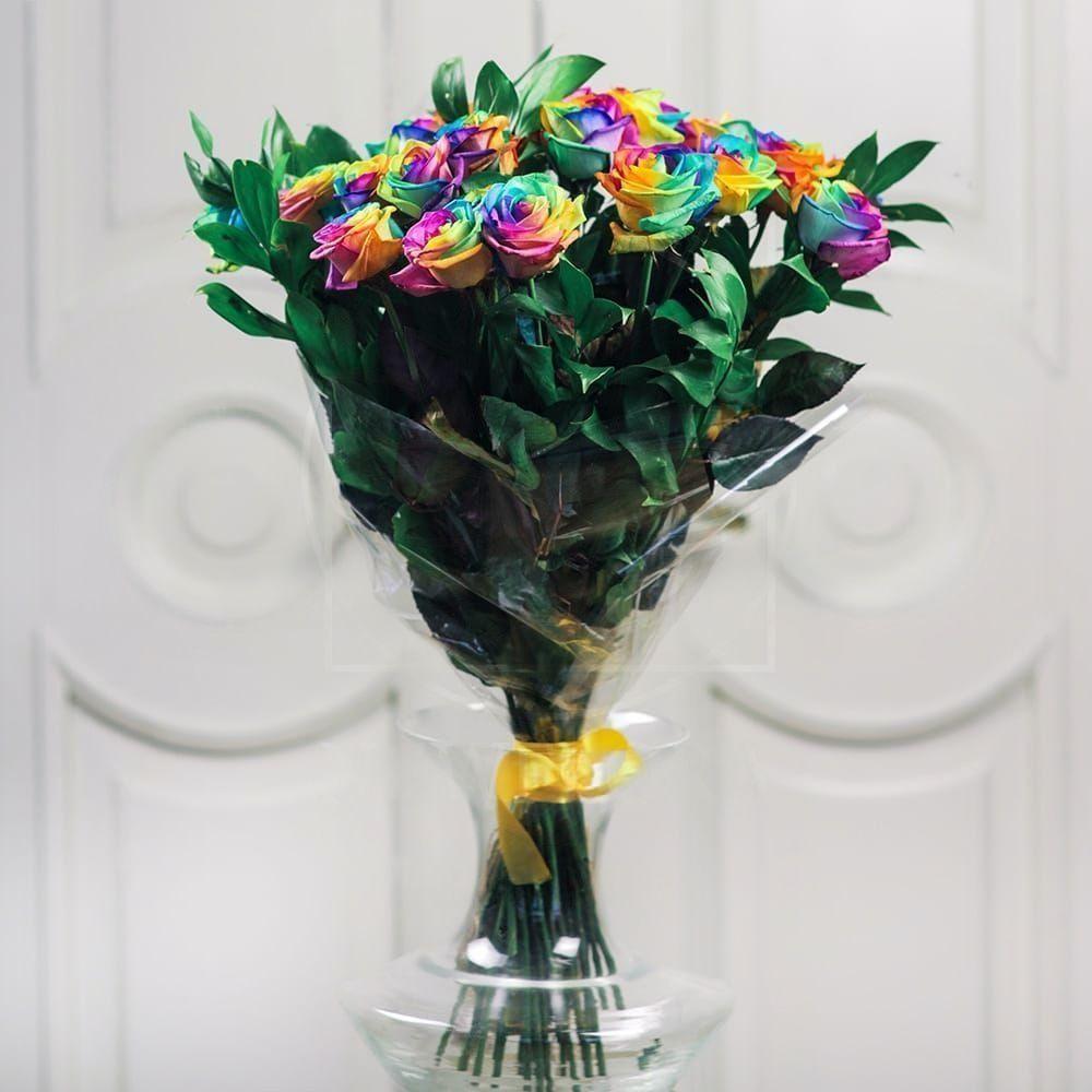 Букет 25 радужных роз с зеленью