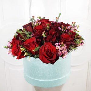25 красных роз с зеленью в шляпной коробке