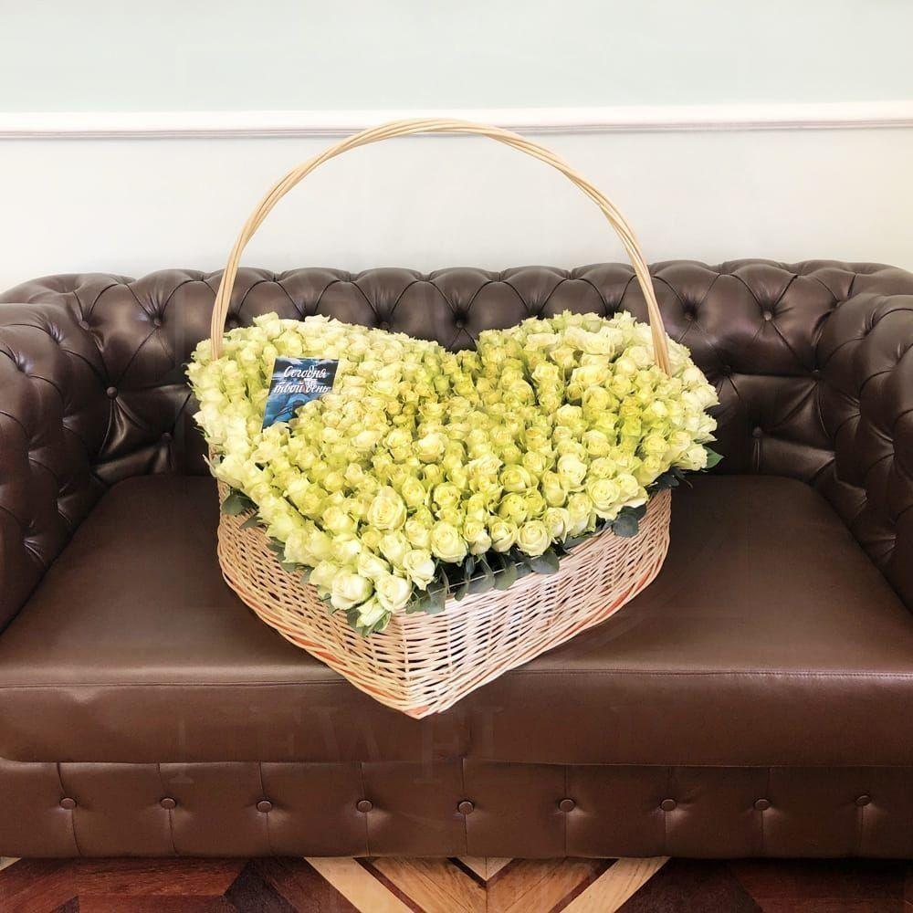 Огромная корзина цветов сердце 301 белая роза 80×100см