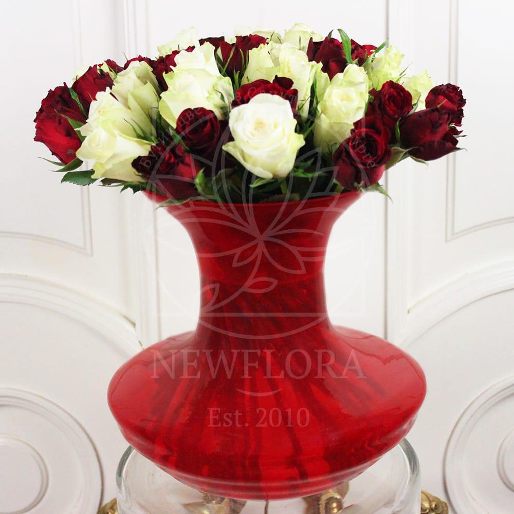 35 роз в красной вазе