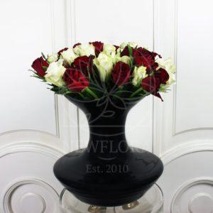 35 роз в черной вазе