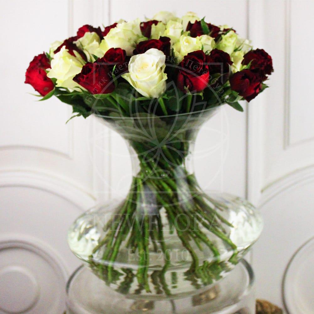 35 роз в прозрачной вазе