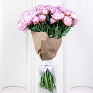 Букет 35 крупных розовых пионов в крафт бумаге