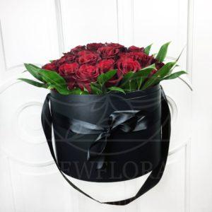 35 красных роз в большой шляпной коробке
