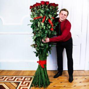 Букет 51 красная роза высотой 190см
