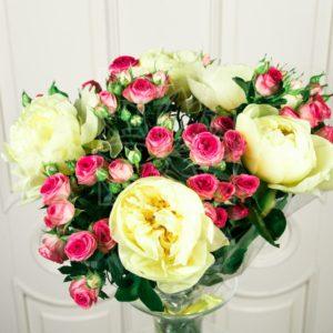 Букет 5 кустовых роз (Premium) с желтыми пионами (lemon chiffon)