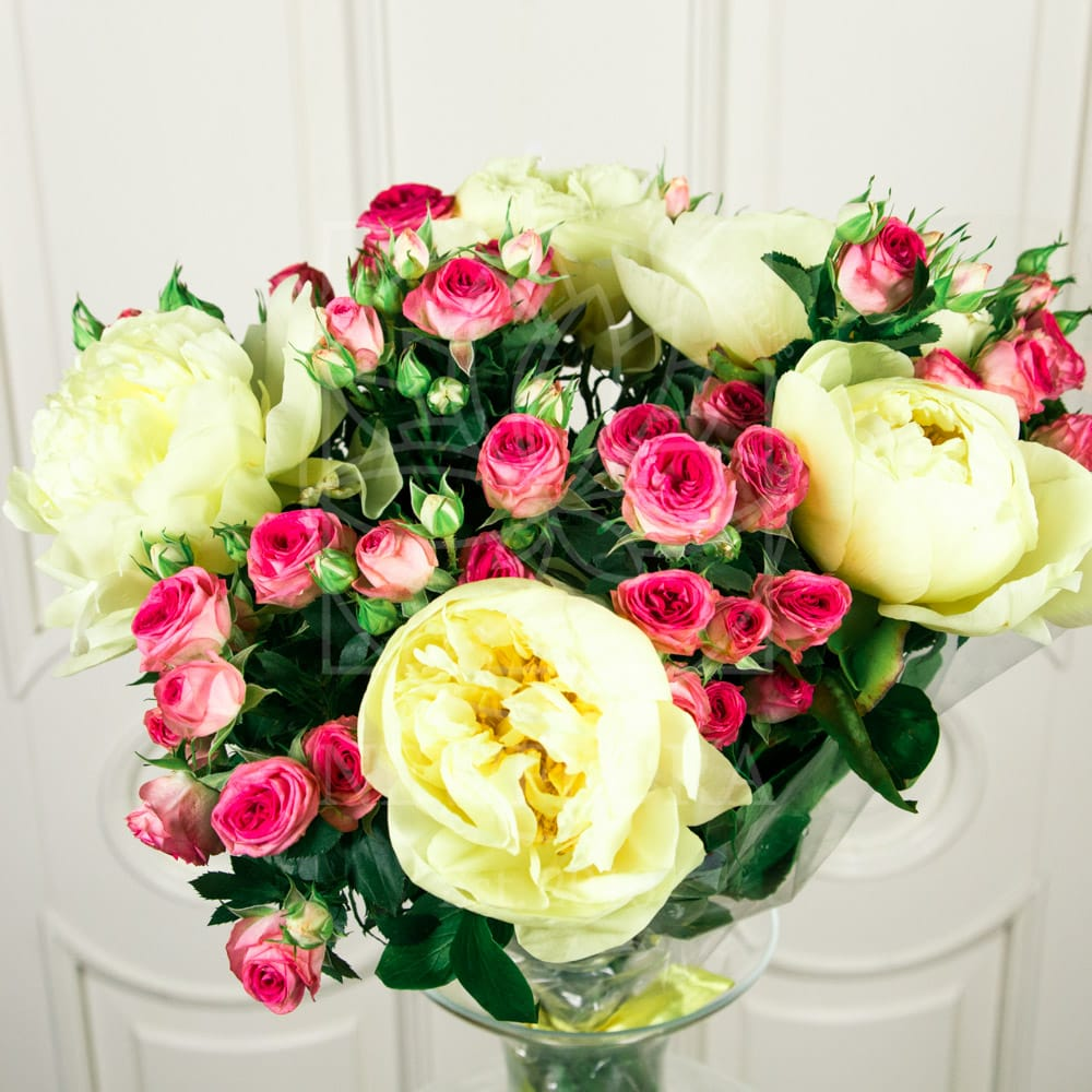 Букет 5 кустовых роз с пионами (lemon chiffon)