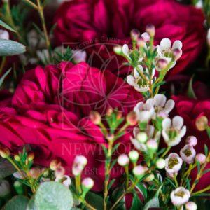 Букет 9 кустовых пионовидных роз с зеленью