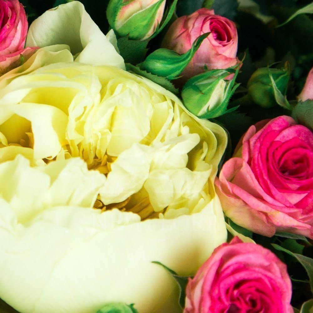 Букет 9 крупных пионов Lemon Chiffon с кустовыми розами Fabiola