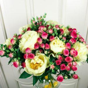 Букет 9 пионов с кустовыми розами
