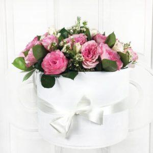 Шляпная коробка с пионовидными розами и хамелациум