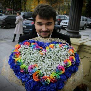 Букет сердце 55 синих и радужных роз (из клипа)