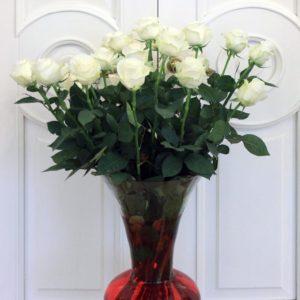 Букет 25 белых роз 90см в вазе