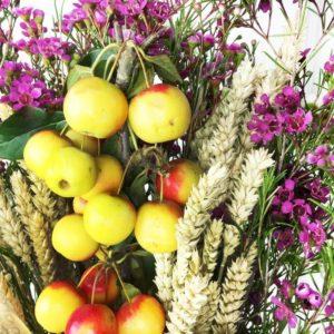 Букет из пшеницы с веткой яблони