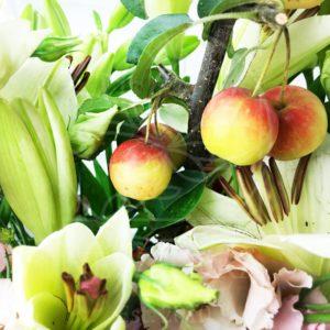 Букет 9 лилий с веткой яблони