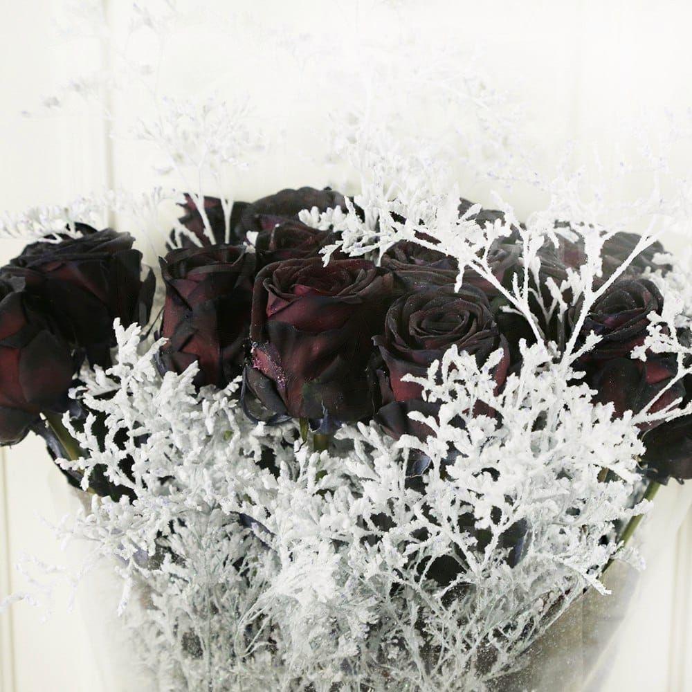 Букет 19 черных роз со снежной зеленью